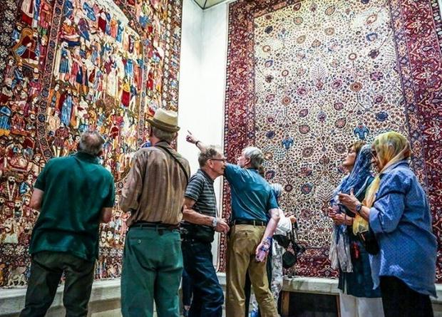 بازدید توریست ها از فرش کاشان در بازار